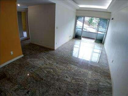 Sala ampla, piso em granito