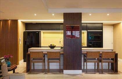Vista frontal cozinha integrada com a sala.