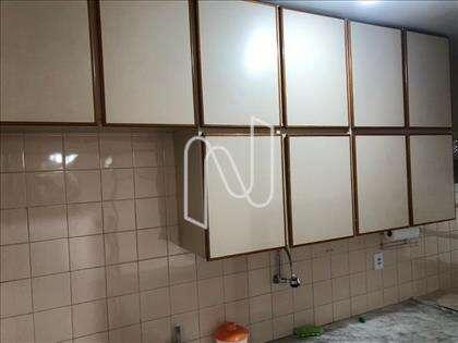 armário sobre a pia da cozinha