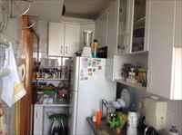 Cozinha com bancada em granito e armários