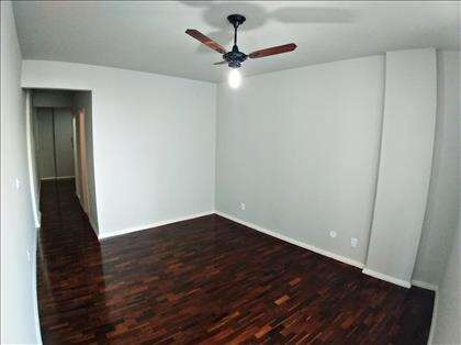 sala com ventilador de teto