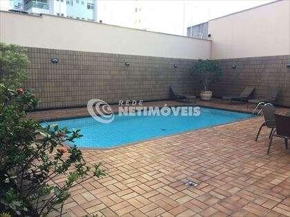Lazer no prédio com piscina