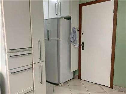 Cozinha com muitos armários