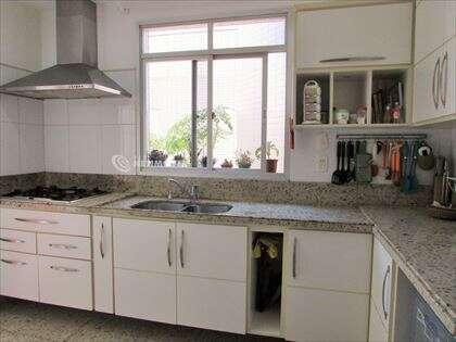 Cozinha ventilada e clara
