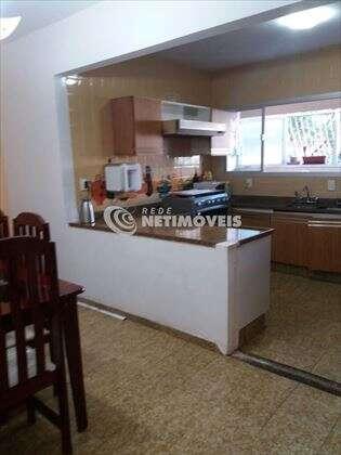 sala ampla com acesso a cozinha