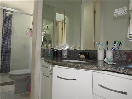 Banheiro social com armário