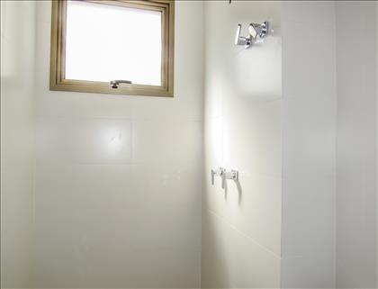 Banheiro com aquecimento solar nos chuveiros