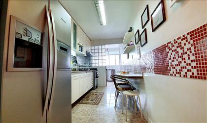 Cozinha ampla, clara e toda montada