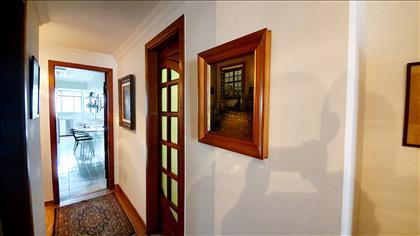 Hall de acesso a cozinha e quartos à direita
