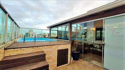 Área externa: piscina com deck e chuveiro