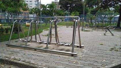 Praça com academia, quadras tênis e futebol