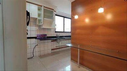 Cozinha ampla e iluminada