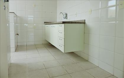 Cozinha ampla, iluminada e arejada