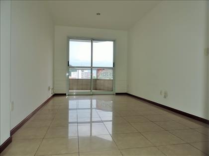 Sala ampla, iluminada e arejada