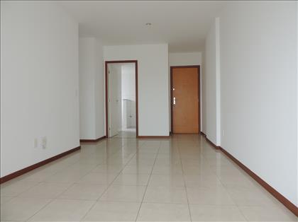 Sala de estar-jantar ampla e iluminada