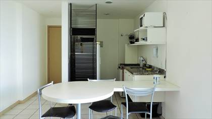 Vista da bancada e cozinha