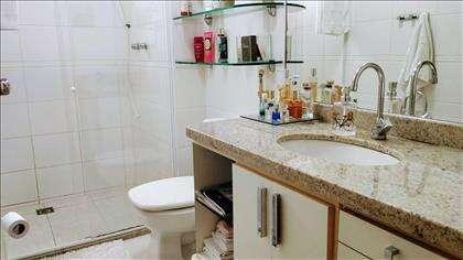 Banheiro social com armários