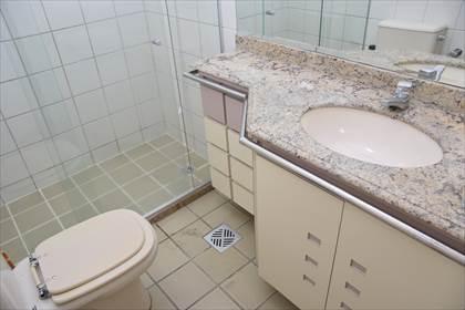 Banheiro social - ótima marcenaria
