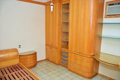Quarto 01 - detalhe mobília em madeira de lei