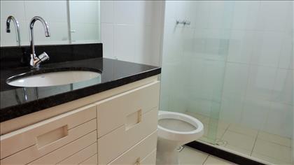 Banheiroda suíte com armários