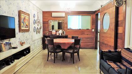 Sala de almoço com detalhes em madeira