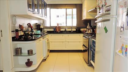 Cozinha com marcenaria personalizada