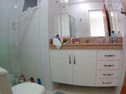 Banheiro da suíte com armários