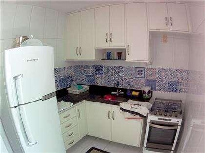Cozinha com armários sob e sotre bancada