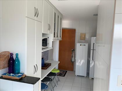 Cozinha com armários sobre e sob bancada