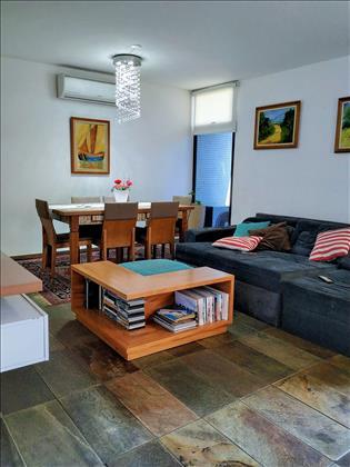 Espaçosa sala de estar/jantar