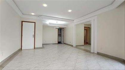 Sala ampla bem iluminada