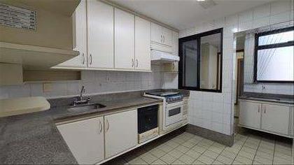 Cozinha espaçosa com armários embutidos