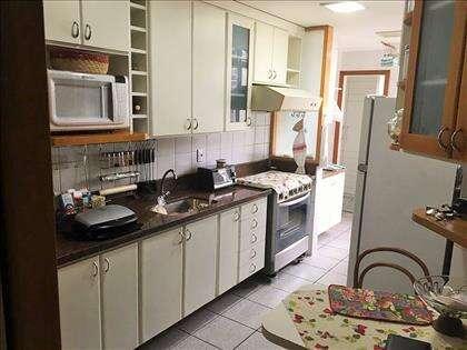 Cozinha com armários sob e sobre bancada