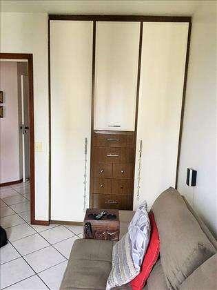 Quarto de solteiro com armários