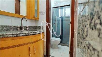 Banheiro social com lavabo externo.