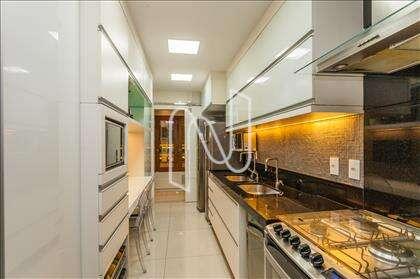 Cozinha decorada com granito preto
