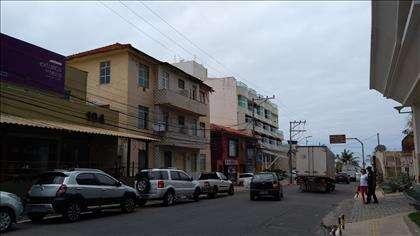 Rua e fachada do prédio