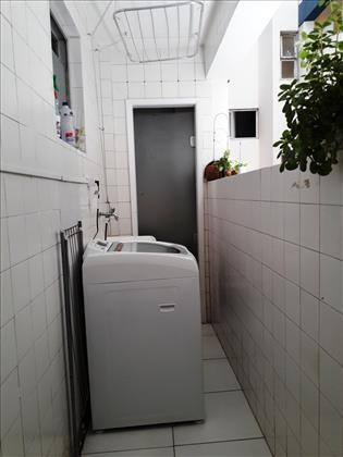 área de serviço com banheiro de serviço