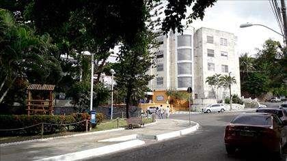 Rua de acesso e fachada do prédio