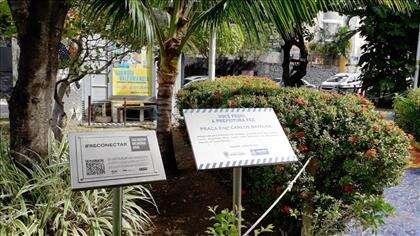 placa comemorativa da praça no entorno