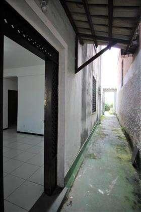Entrada lateral para o apartamento.