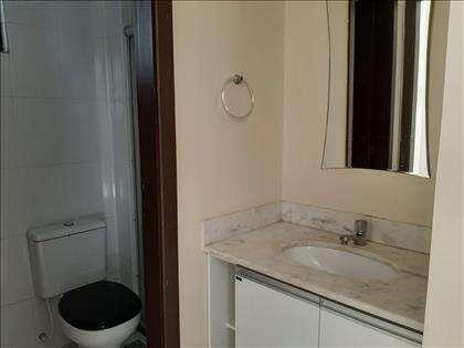 Lavabo e banheiro social.